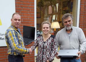 Geert Zijlstra overhandigt laptops